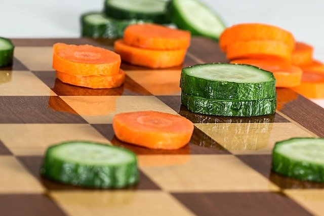 świeże zielone ogórki i marchewka
