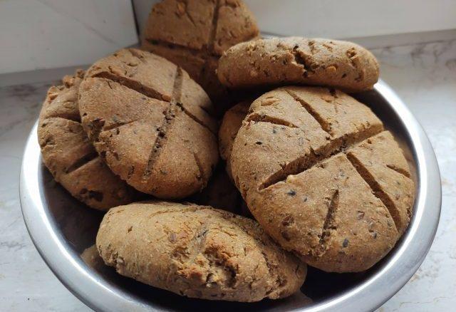 bułki żytnie razowe z drożdżami i ziarnami domowe pieczywo