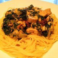 Spaghetti ze szpinakiem, piersią z kurczaka, suszonymi pomidorami i gorgonzolą