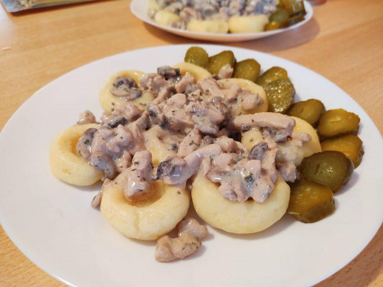 kluski śląskie z dziurką z sosem pieczarkowym i piersią z kurczak