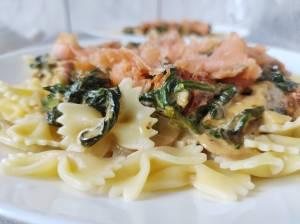 Makaron farfalle z sosem śmietanowo-szpinakowym i z wędzonym łososiem ze szpinakiem śmietaną suszonymi pomidorami pieczarkami