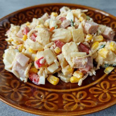 sałatka hawajska z ananasem kukurydzą selerem szynką serem