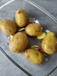 ziemniaki hasselback przed upieczeniem