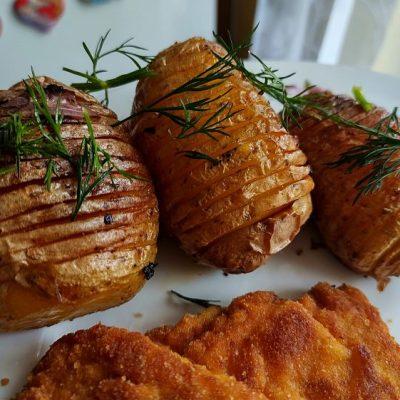 ziemniaki hasselback z czosnkiem, rozmarynem i koperkiem