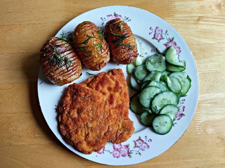 ziemniaki hasselback oraz złociste kotlety z piersi z kurczaka