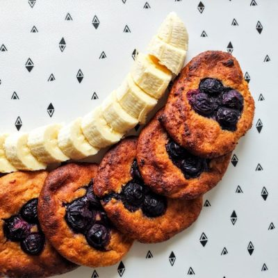 placuszki twarogowe z bananem i borówkami