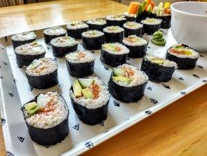 przepis na sushi z łososiem ogórkiem awokado