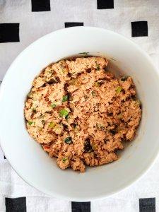 Pikantna pasta z tuńczyka z dodatkiem ogórka konserwowgo, szczypiorku i koperku