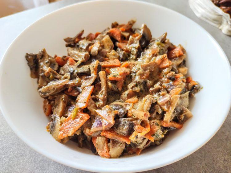 pieczarki zasmażane ze śmietaną, cebulą i marchewką