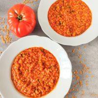 Tradycyjna libańska zupa z czerwonej soczewicy i pomidorów